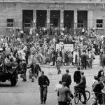 "Soldaten der ""Roten Armee"" vor dem Ratshof Halle, Marktplatz (Foto: Albert Ammer)"