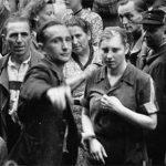 Junge Frau in Häftlingskleidung; Vor der Haftanstalt II, Halle, Kleine Steinstraße (Foto: Albert Ammer)