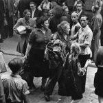 Frauen beim Verlassen der Haftanstalt; Vor der Haftanstalt II, Halle, Kleine Steinstraße (Foto: Albert Ammer)