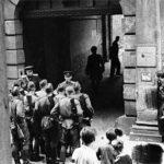 """Soldaten der """"Roten Armee"""" vor der Haftanstalt II; Halle, Kleine Steinstraße (Foto: Albert Ammer)"""